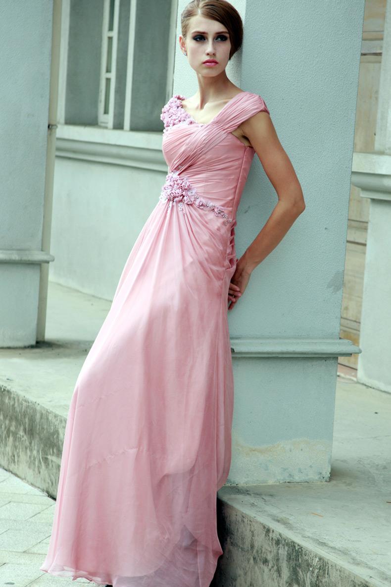 Длинное  нежно розового цвета