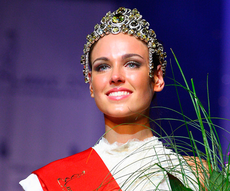Красивая девушка в короне королевы красоты фото