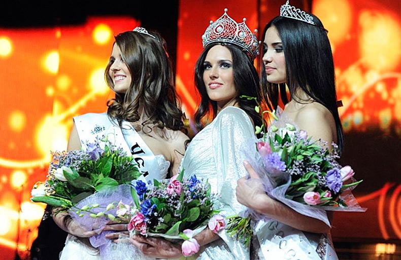 Красивые девушки - финалистки в коронах, фото