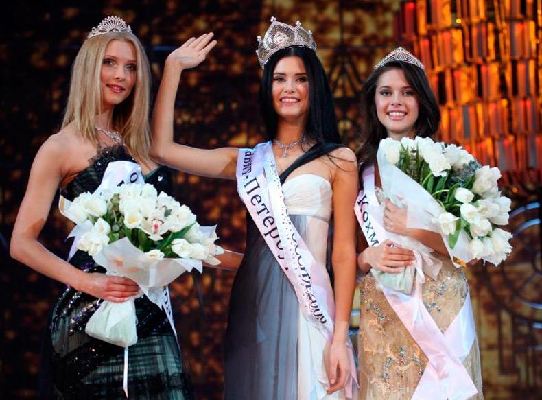 Красивые девушки – финалистки в коронах