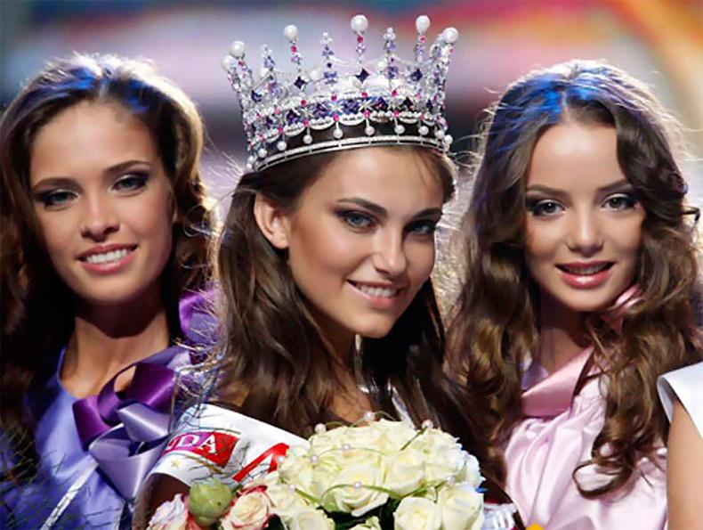 Королева красоты в короне и красивые девушки