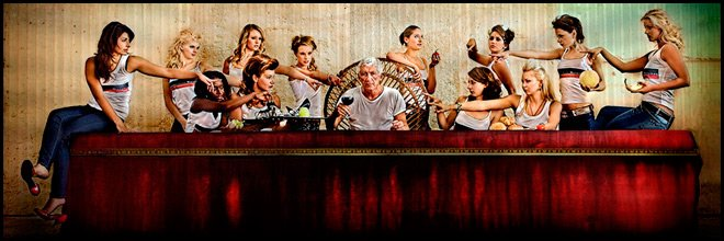 Красивые девушки за столом, фото пародирующее Тайную Вечерю