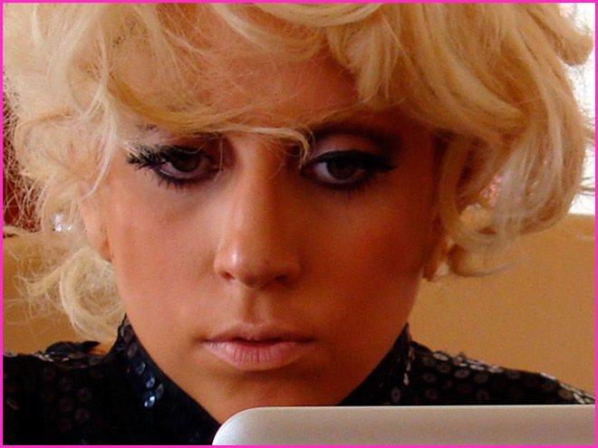 Леди Гага - фото с компьютером