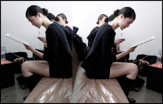 Модели за кулисами недели моды