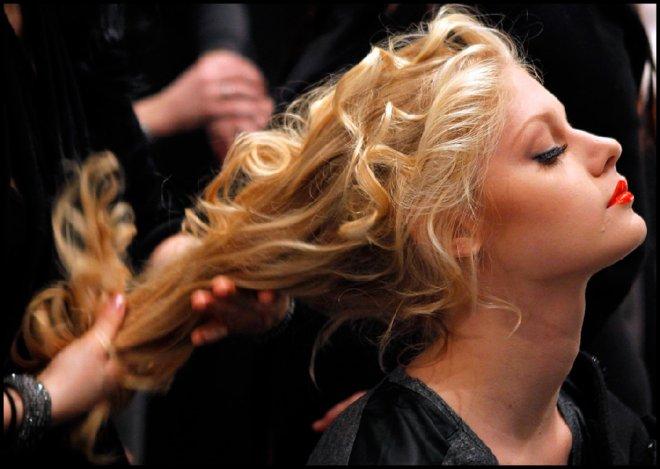 Уход за волосами и модель на неделе моды