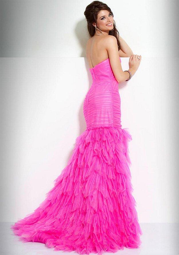 Девушка в свадебном платье розового цвета