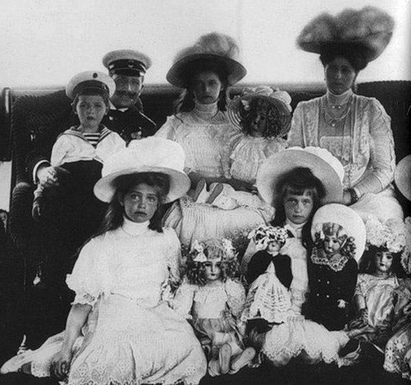 Девочки с фарфоровыми куклами