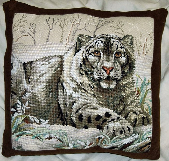Подушка вышитая крестом, тигр