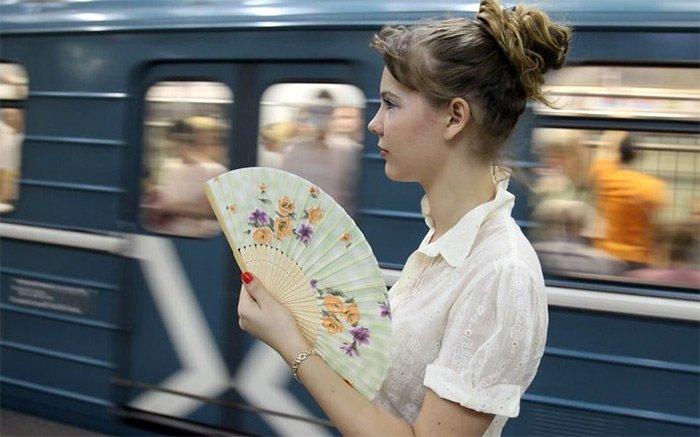 Девушка с веером в летнюю жару