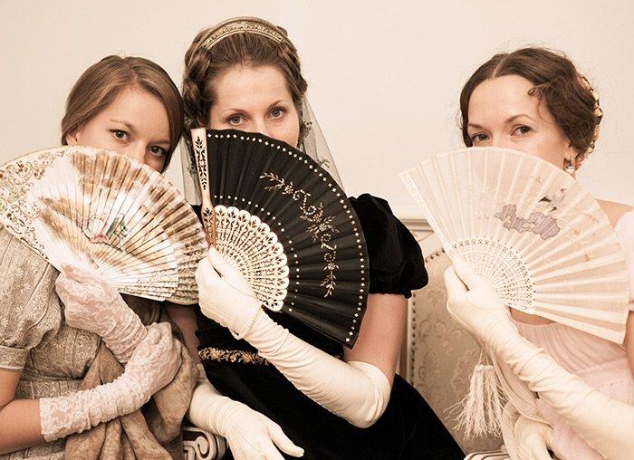 Три девушки обмахиваются веерами