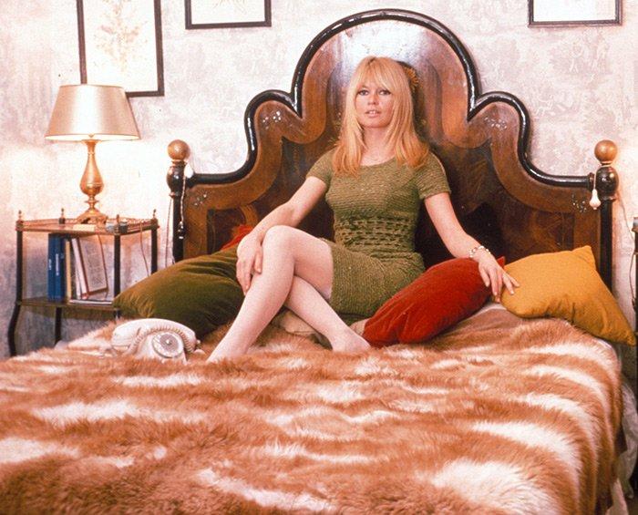 Брижит Бардо фото на кровати