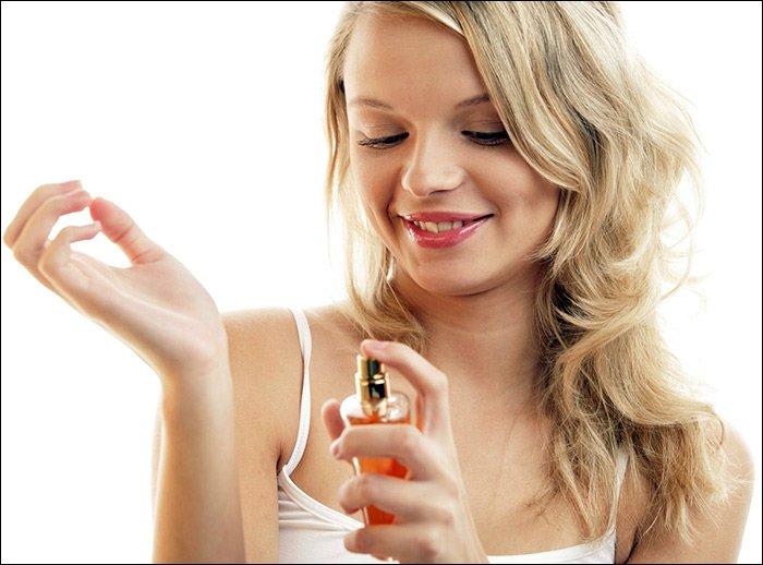 Фото девушка душится духами