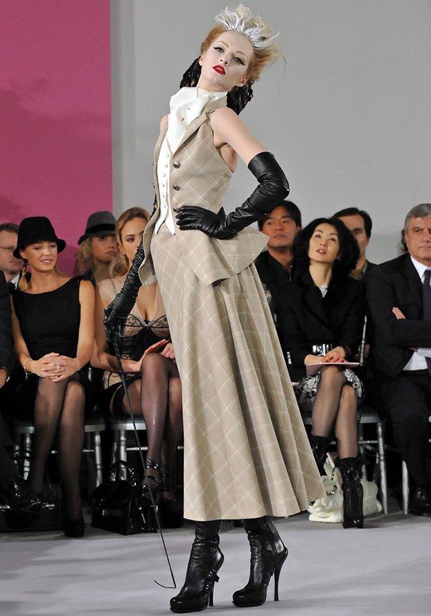 Топ-модель Дарья Строкоус на подиуме фото