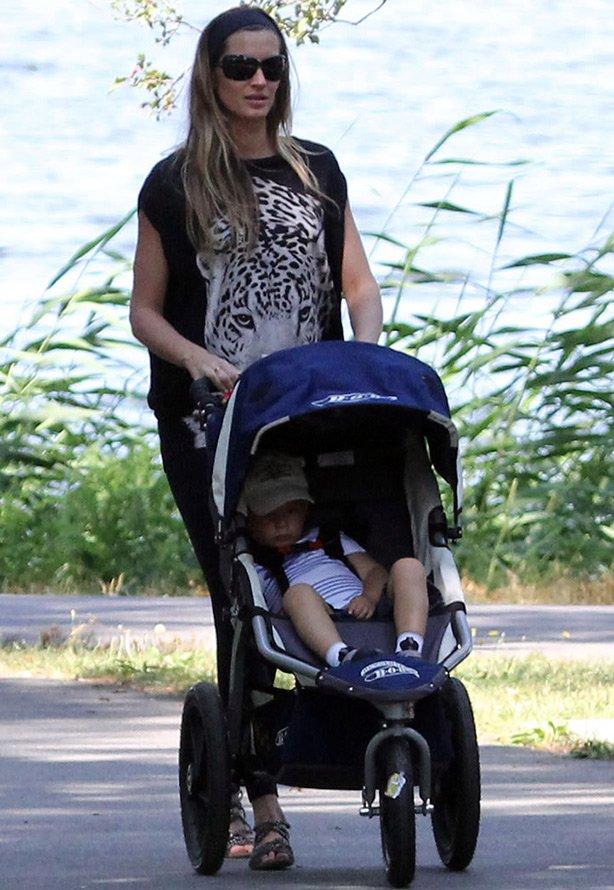 Жизель Бюндхен на прогулке с ребенком фото