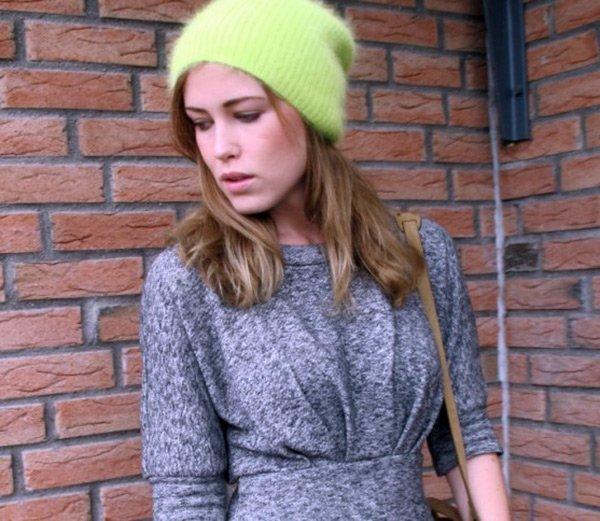 Девушка блоггер в вязаной шапке фото