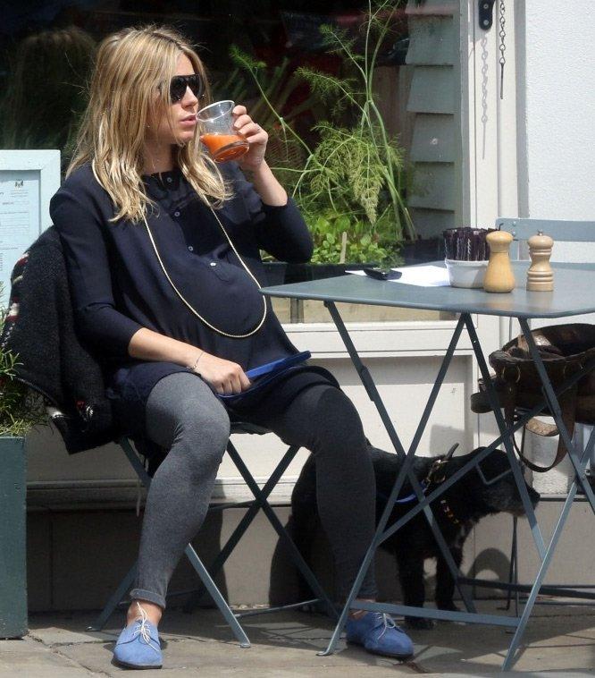 Сиенна Миллер фото за столиком