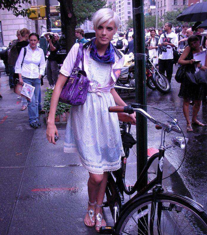 Агнесс Дейн фото с велосипедом