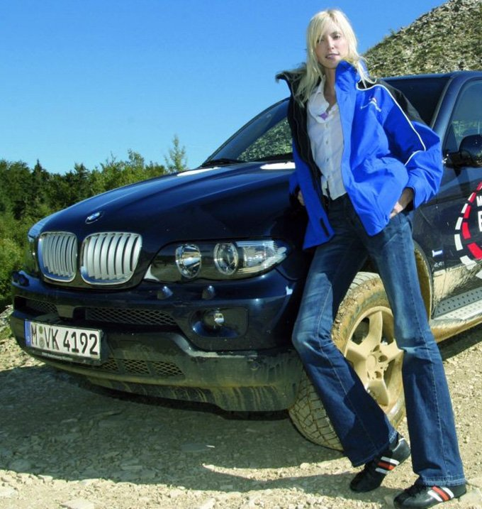 Надя Ауэрман и автомобиль БМВ