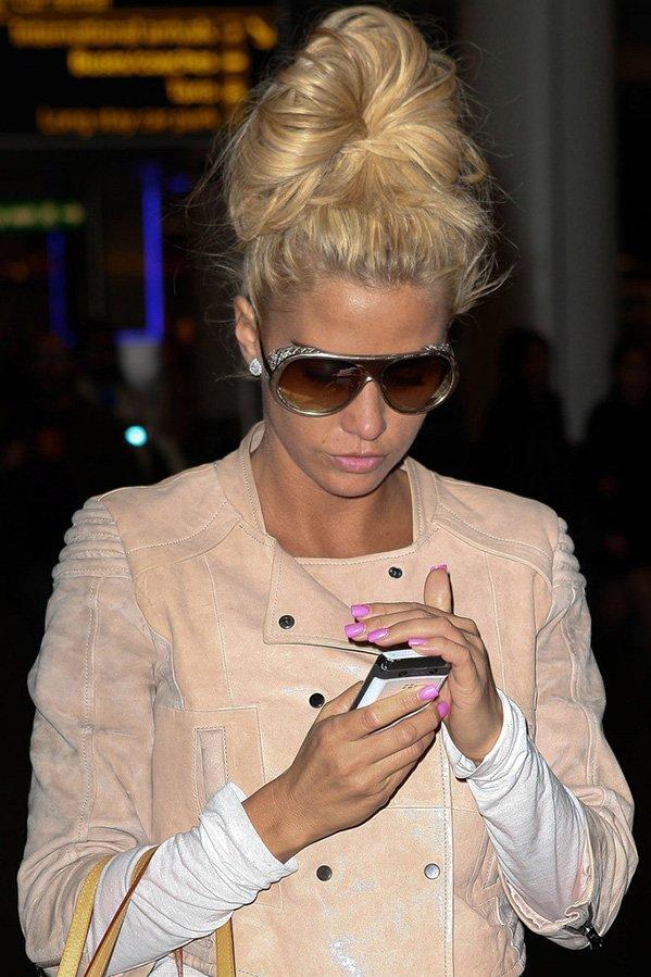 Кэти Прайс фото с телефоном