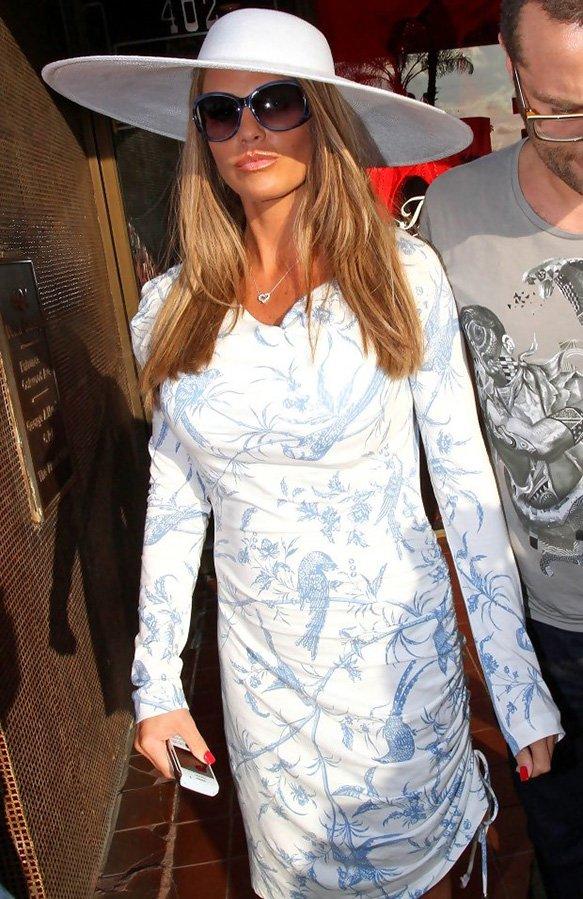 модель Кэти Прайс фото в шляпе