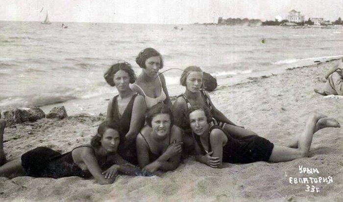 Советские женщины – фото на море в купальниках