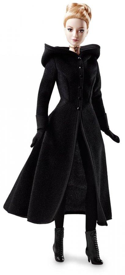 Блондинка Барби фото в черном пальто