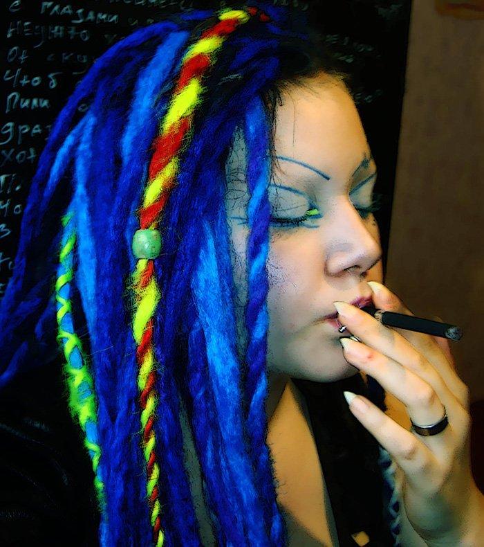Цветные волосы девушка кибер-гот