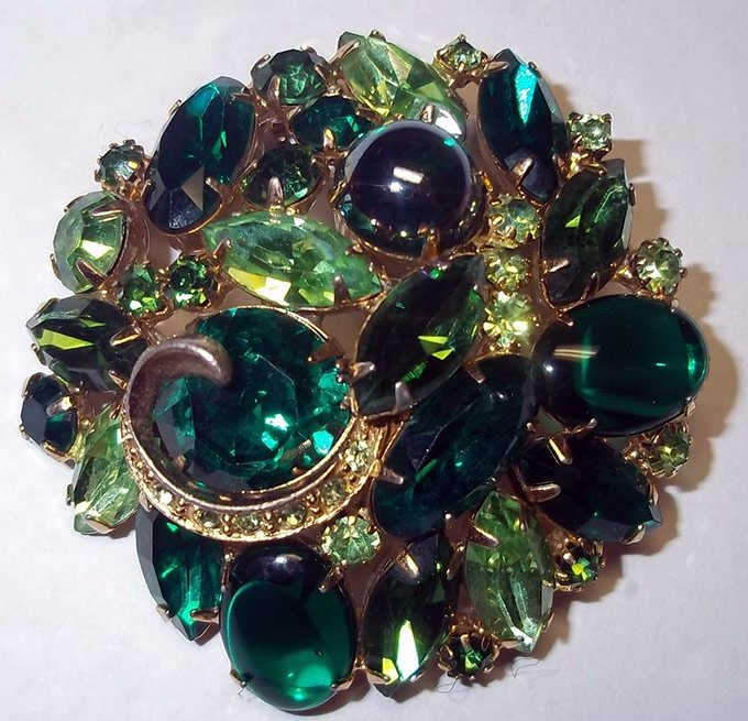 Брошь с зелеными камнями, фото