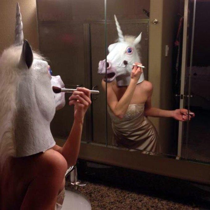 фото девушки возле зеркала