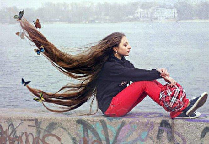 Сексуальная девушка с очень длинными волосами