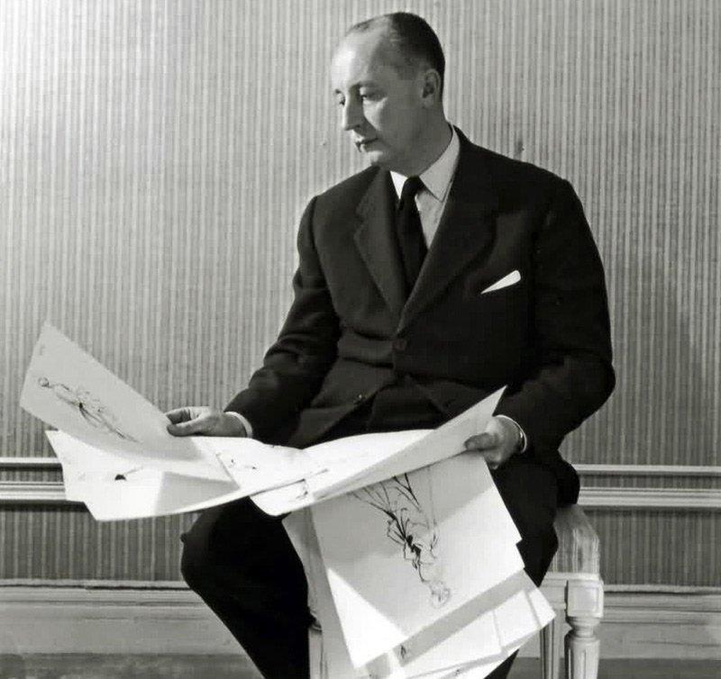 Кристиан Диор с эскизами моделей платьев, фото