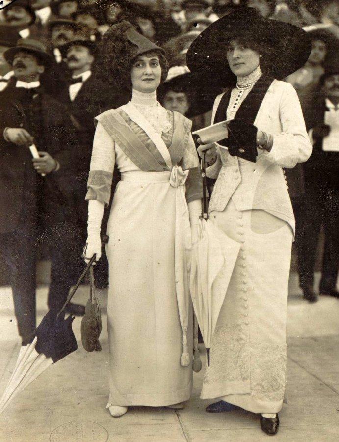 Женщины в шляпках, фото