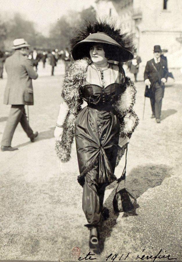 Дама в мехах и перьях, фото