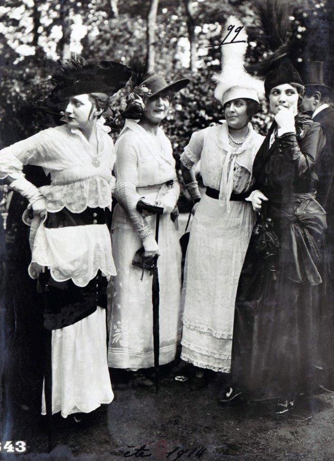 Девушки в платьях, фото