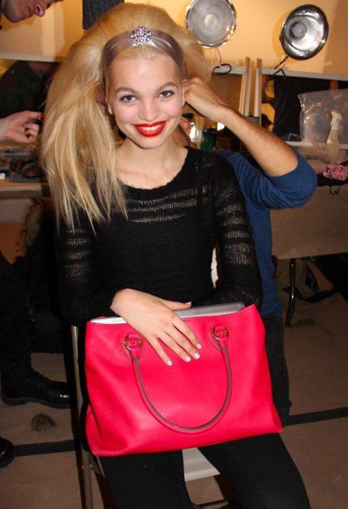Дафна Гроенвельд с красной сумкой