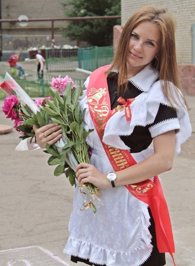 Красивая школьница с цветами, фото