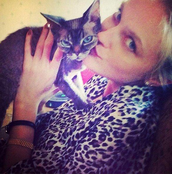 Топ-модель Влада Росялкова и кошка, фото