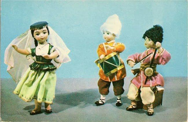 Фото советских кукол в народных костюмах республик СССР