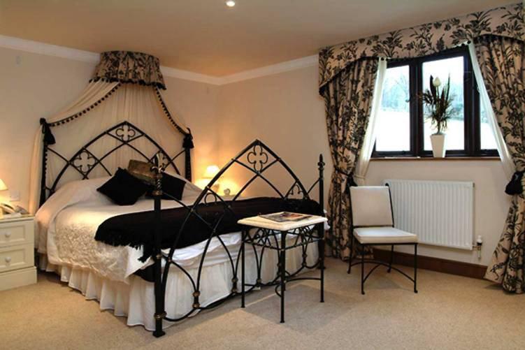Готическая кровать, фото