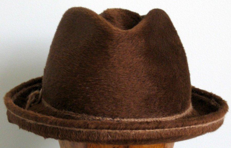 Коричневая шляпа из фетра