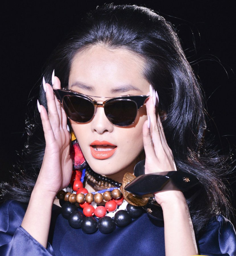 Брюнетка в солнцезащитных очках, фото