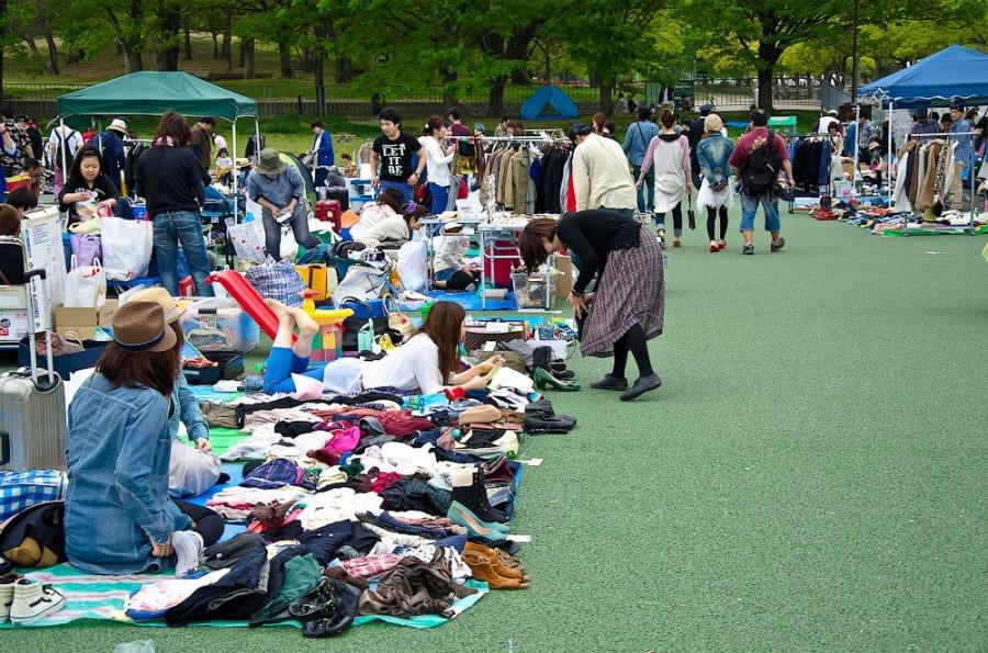 Вещевой блошиный рынок в Японии, фото