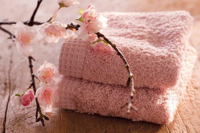 Розовое полотенце и цветы