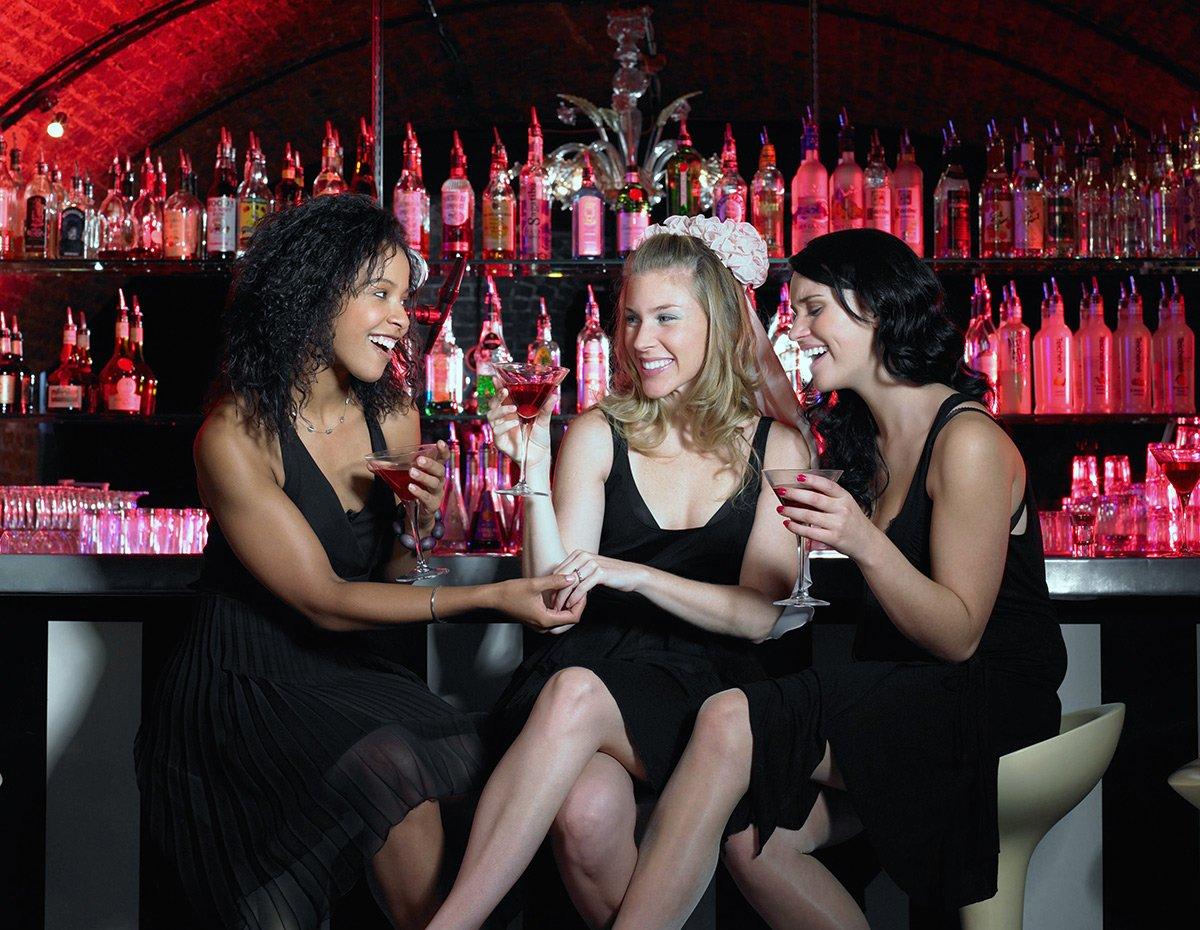 парень знакомится с девушкой в баре отдыхаю выпивают женских