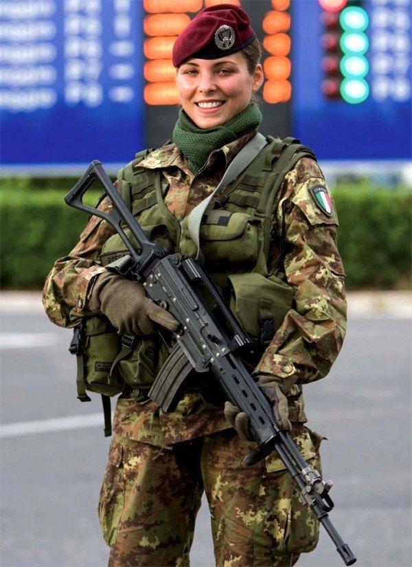 девушка в военной форме раздвинула ноги фото
