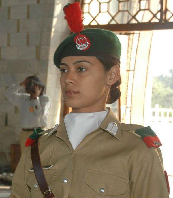 Фото девушки в военной форме