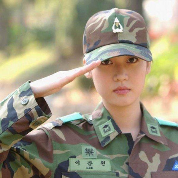 Девушка в военной форме на службе в армии