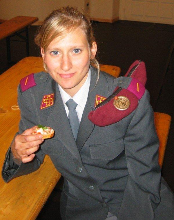 Девушки в эротичной военной форме 2