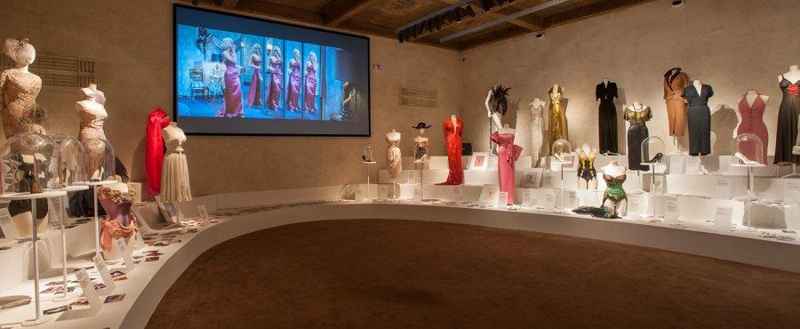 Платья в выставочном зале