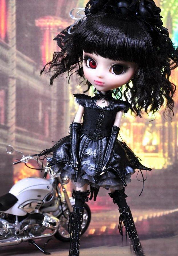 Куколка в готическом стиле